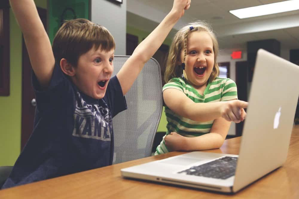 niños en la oficina