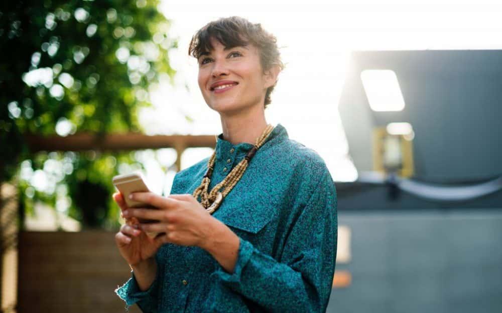 mujer con telefono