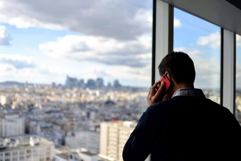 hombre al teléfono