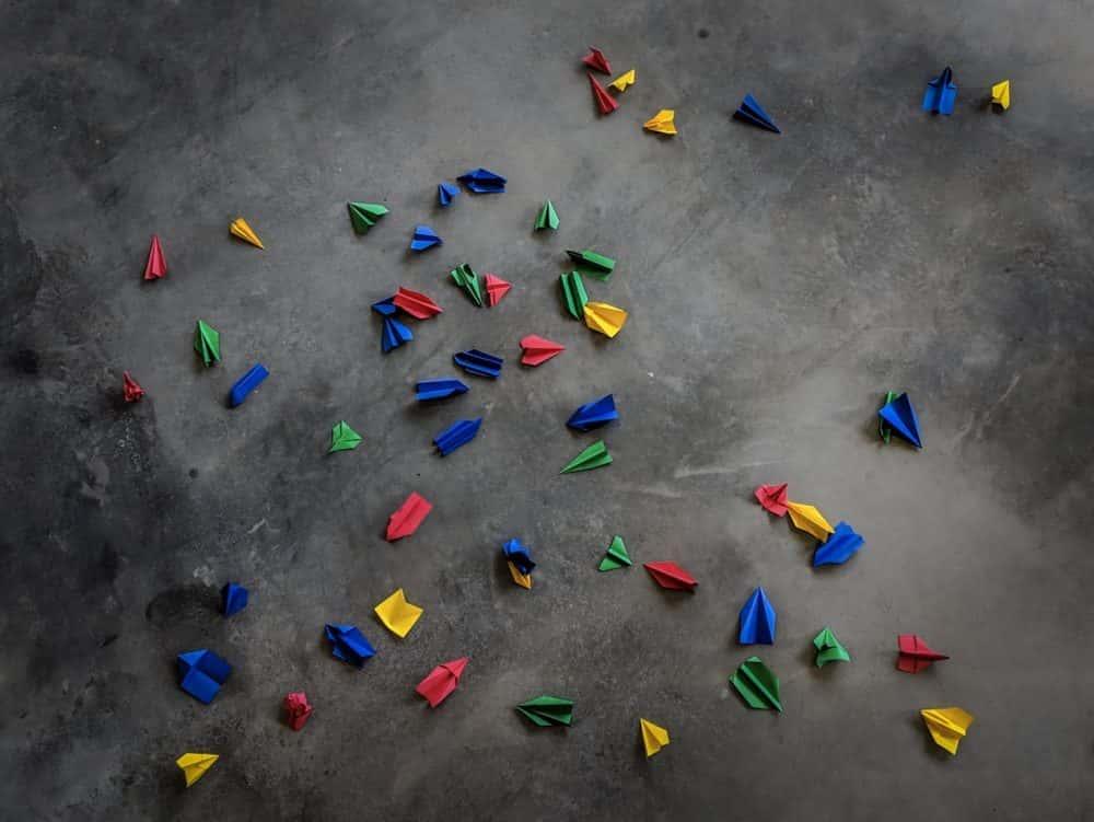 pequeños trozos de papel de colores